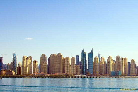 Вид на город Дубаи с пальмы.